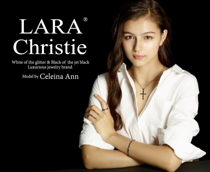ララクリスティー ブラックレーベルのネックレスを着用しているセレイナ・アン