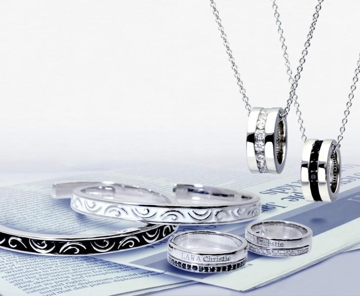 ララクリスティーのネックレスを着用しているセレイナアンの画像