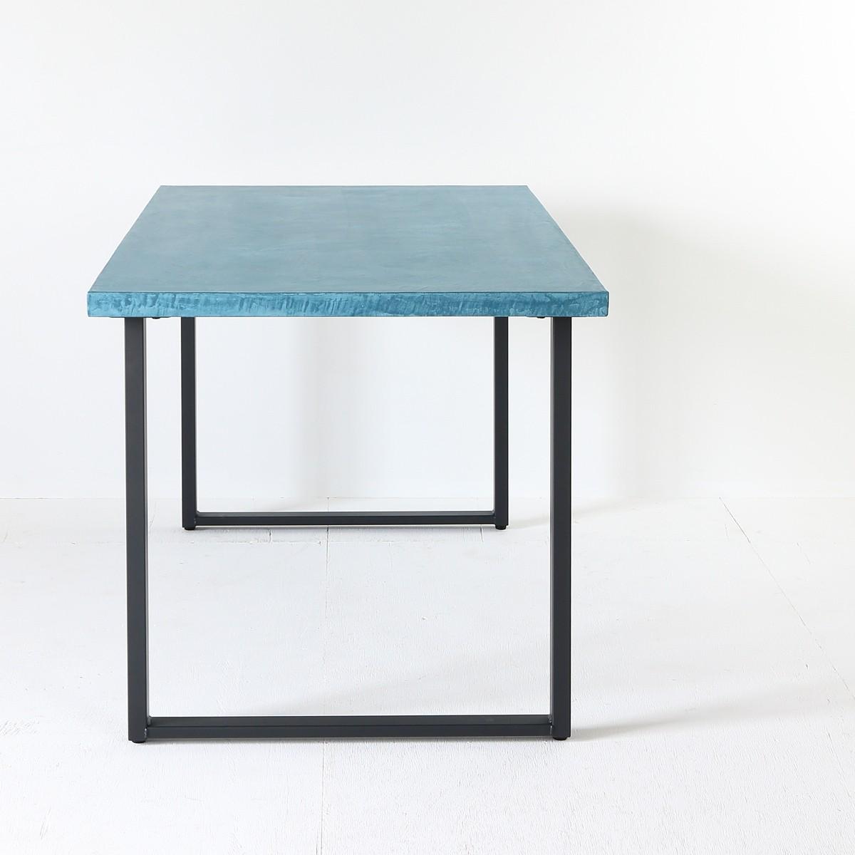 汚れに強く水も通さない耐久性あるダイニングテーブル