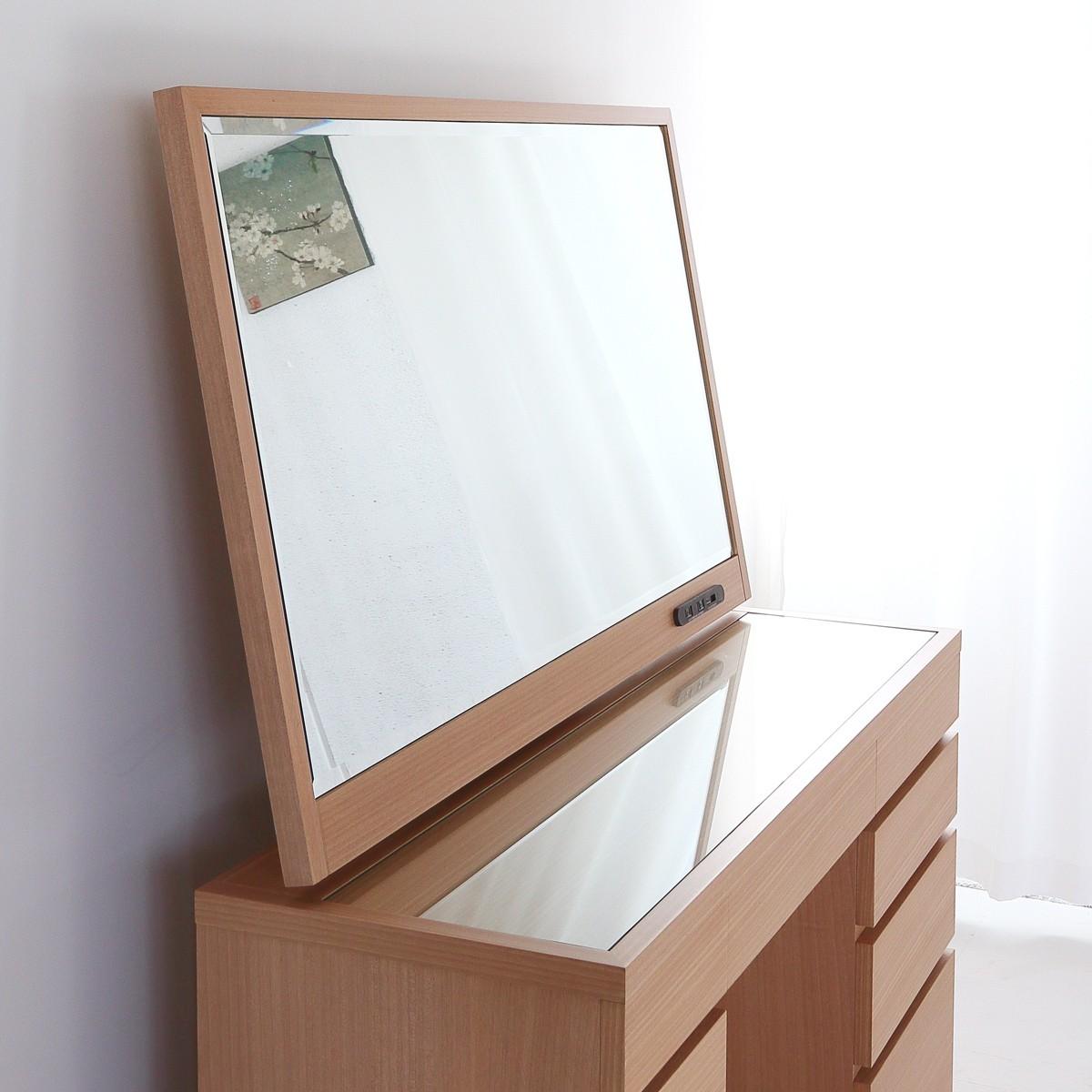 大きな鏡が魅力的なデスクドレッサー