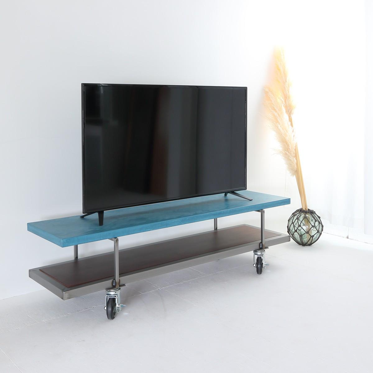 表裏でデザイン違いが楽しめます。キャスター付きテレビボード