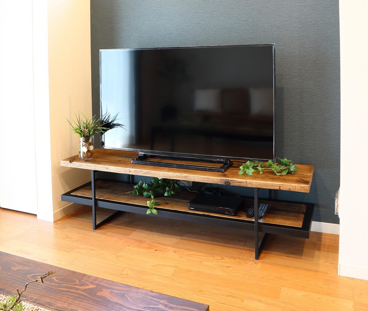新築リビングの見せ所大型テレビも十分のせられる古材家具