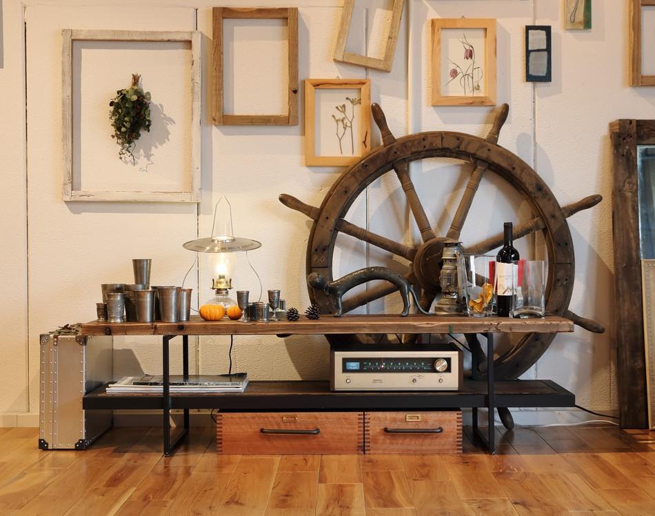 和風建築との相性もよい古材を使った家具、テレビボード