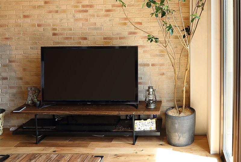 古材を使った家具とインテリアに相性よい改築物件古い建物とテレビボード