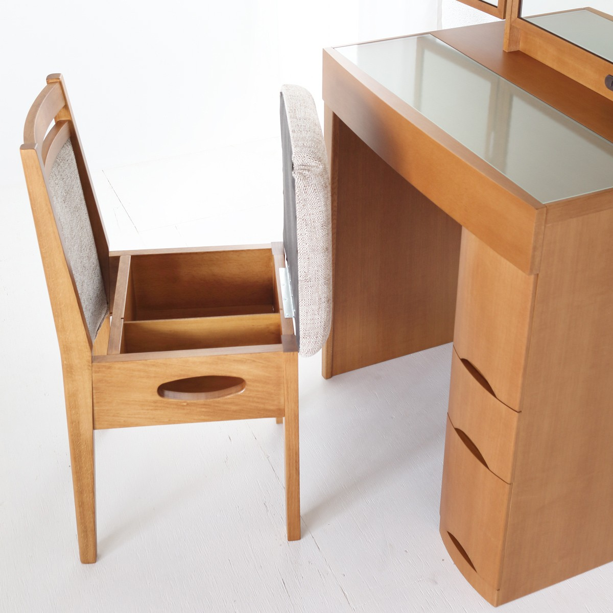 座面の下が収納になってドライヤーやティッシュが入るドレッサー用椅子