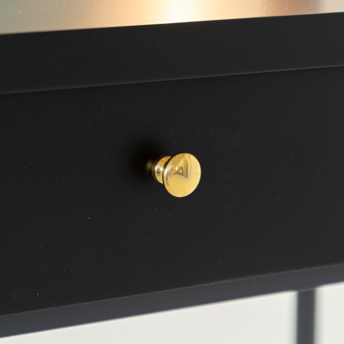 特徴ある真鍮ハンドルの使いやすい引き出しドレッサー