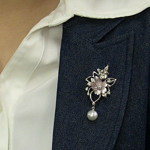 パール:ブローチ:ペンダントブローチ:真珠:ホワイトパール:南洋白蝶真珠:ホワイト系:直径10mm:ピンク貝:花:植物:SV:シルバー