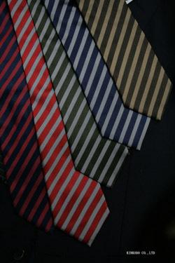 イタリア製生地を使ったシンプルな細ストライプネクタイ