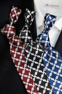 大柄の色合いはシンプルなネクタイ