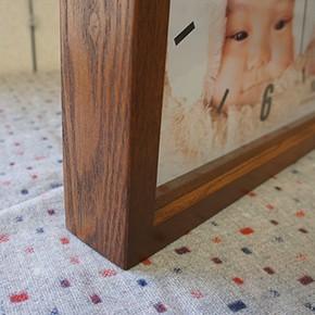 家具職人が作った長方形の木製フレームの時計