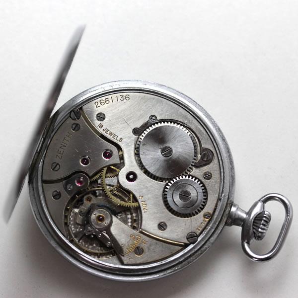 テンプ下の地板もきちんと仕上げられているゼニスの懐中時計