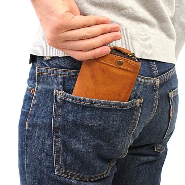 タフ 二つ折財布 モデル写真