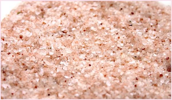 ヒマラヤ岩塩(ローズソルト)600gに増量!を葉とブロックと一緒に撮影