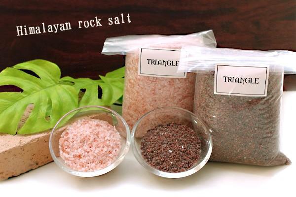 ヒマラヤ岩塩(ローズソルトとブラックソルトを一緒に撮影)