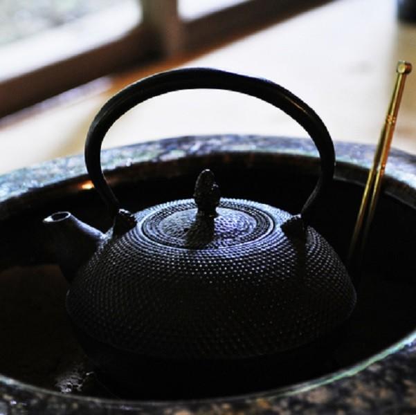 南部鉄器の鉄瓶を使えば、お茶がまろやかな味に!日々の生活にぜひご利用ください。