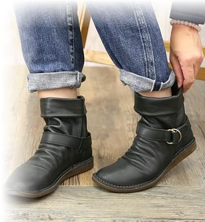 WELWITSCHIA(ヴェルヴィッチア)からサイドリングベルトショートブーツが登場いたしました。履きこむごとに天然皮革の風合いを味わえるショートブーツ。柔らかくしっとりとした履き心地で、シンプルなデザインだからこそ引き立つ素材感とフォルム。トップの折り返し部分は伸ばしてくしゅっとさせても◎レザーの柔らかさを活かしたルーズなシルエットに・・・余計なものがないスマートなデザイン!!シーズンレスで活躍できるショート丈ブーツなので、コーディネート次第でいろんなテーストをお楽しみ頂けます。
