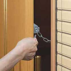 玄関ドア用鍵 錠付きドアチェーン-取り付けイメージ