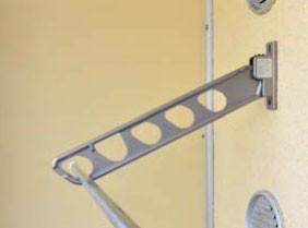 物干し金物の角度を斜め下25度にして窓側の壁に取り付けて使用することも可能
