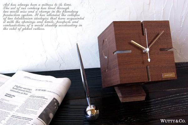 立体的に数字がくり貫かれたモダンな時計|【インテリア雑貨】