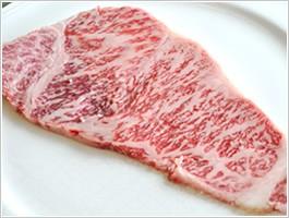 焼く30分ほど前に冷蔵庫から取り出し、常温に戻してください。※この作業が、肉を美味しく焼き上げるポイントです。